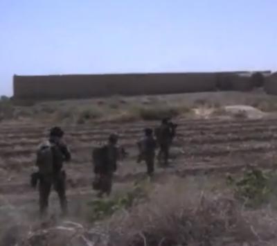 En gruppe kampsoldater bevæger sig under beskydning over åbent terræn. Den anden soldat i kolonnen er deres leder; en af mine gruppeførere i Afghanistan.