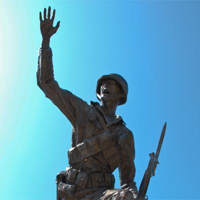 Følg mig - statur foran Fort Benning i USA
