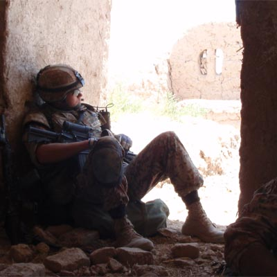 En soldat holder pause under et angreb i Afghanistan i juli 2009. Han været udsat for stress og på egen krop oplevet reaktionerne.